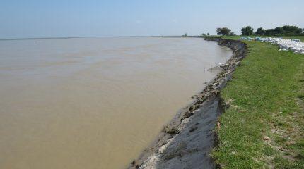 बलान नदीले कटान गर्न थालेपछि स्थानीयवासीमा चिन्ता